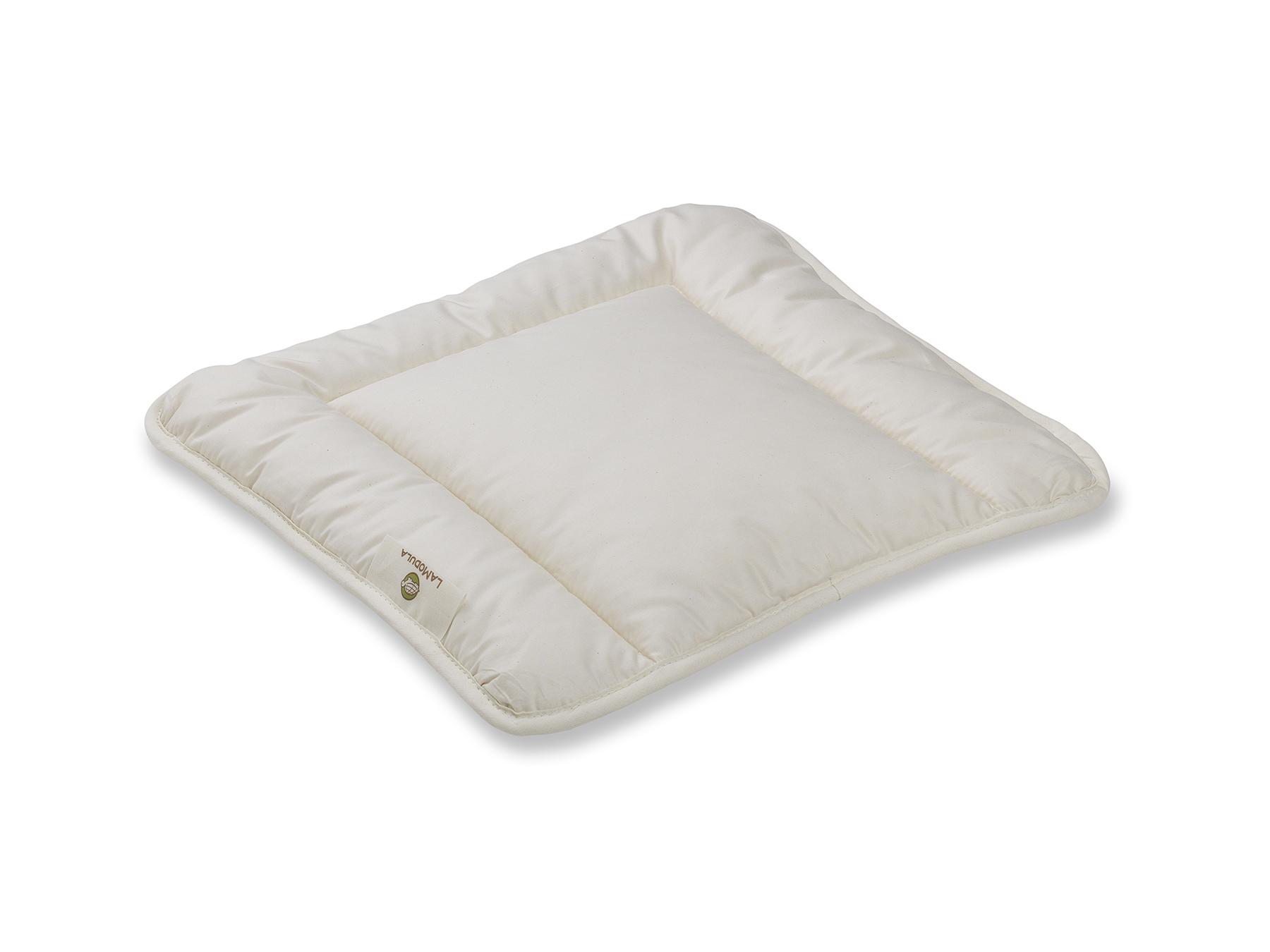 Das flache Kissen mit versteppter Hülle ist speziell für Babys gefertigt.