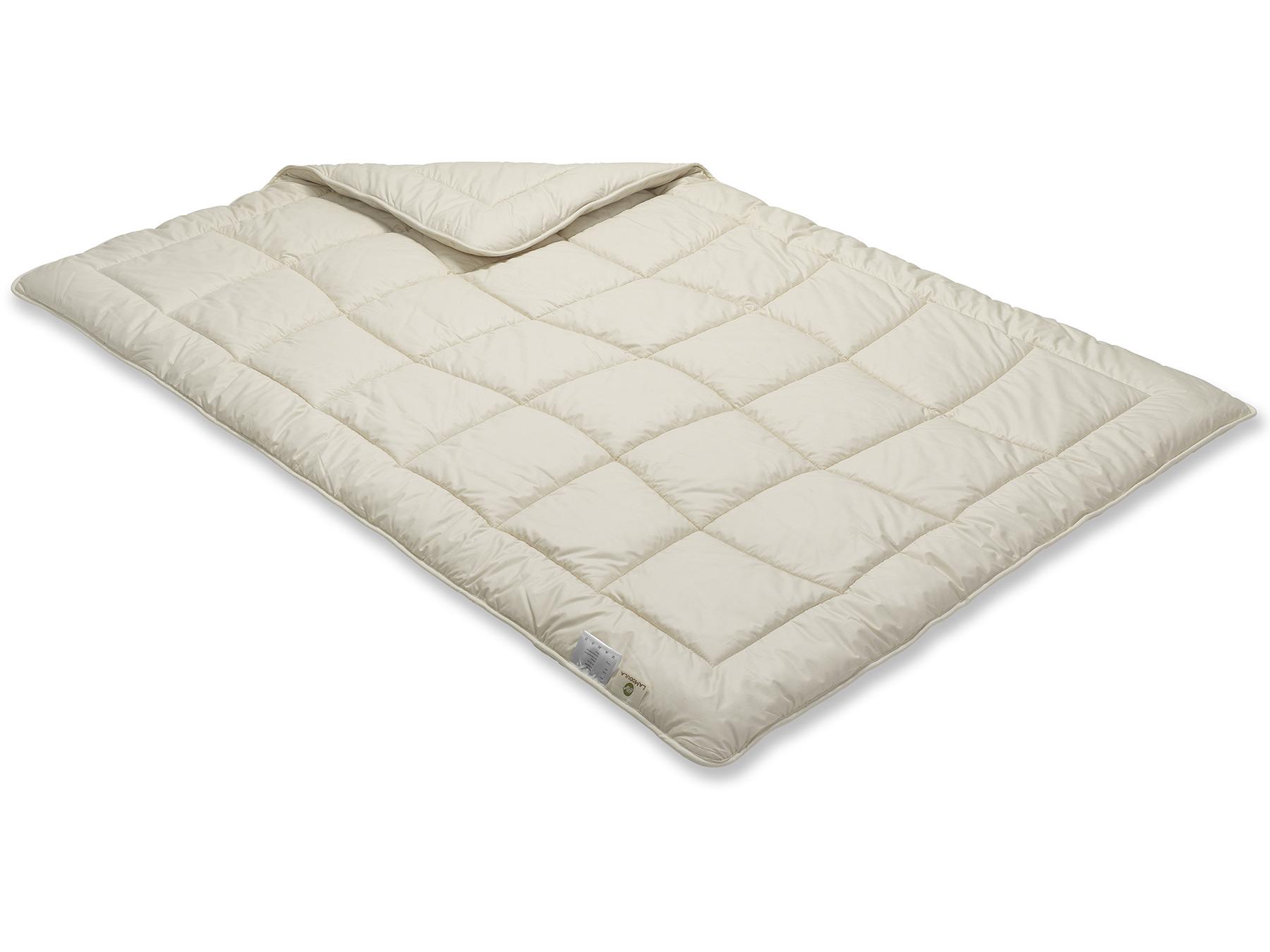 Unsere Baumwoll-Duo-Decke wird besonders sorgfältig mit Einnadeltechnik hergestellt.