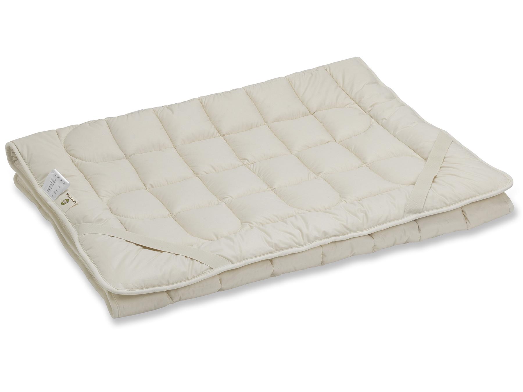 Das Unterbett wird mit vier praktischen Schräggummibändern an der Matratze befestigt.