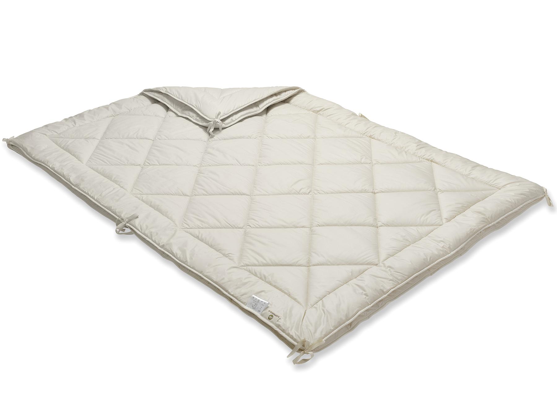 Mit praktischen Bändern werden die beiden Decken miteinander verknüpft.
