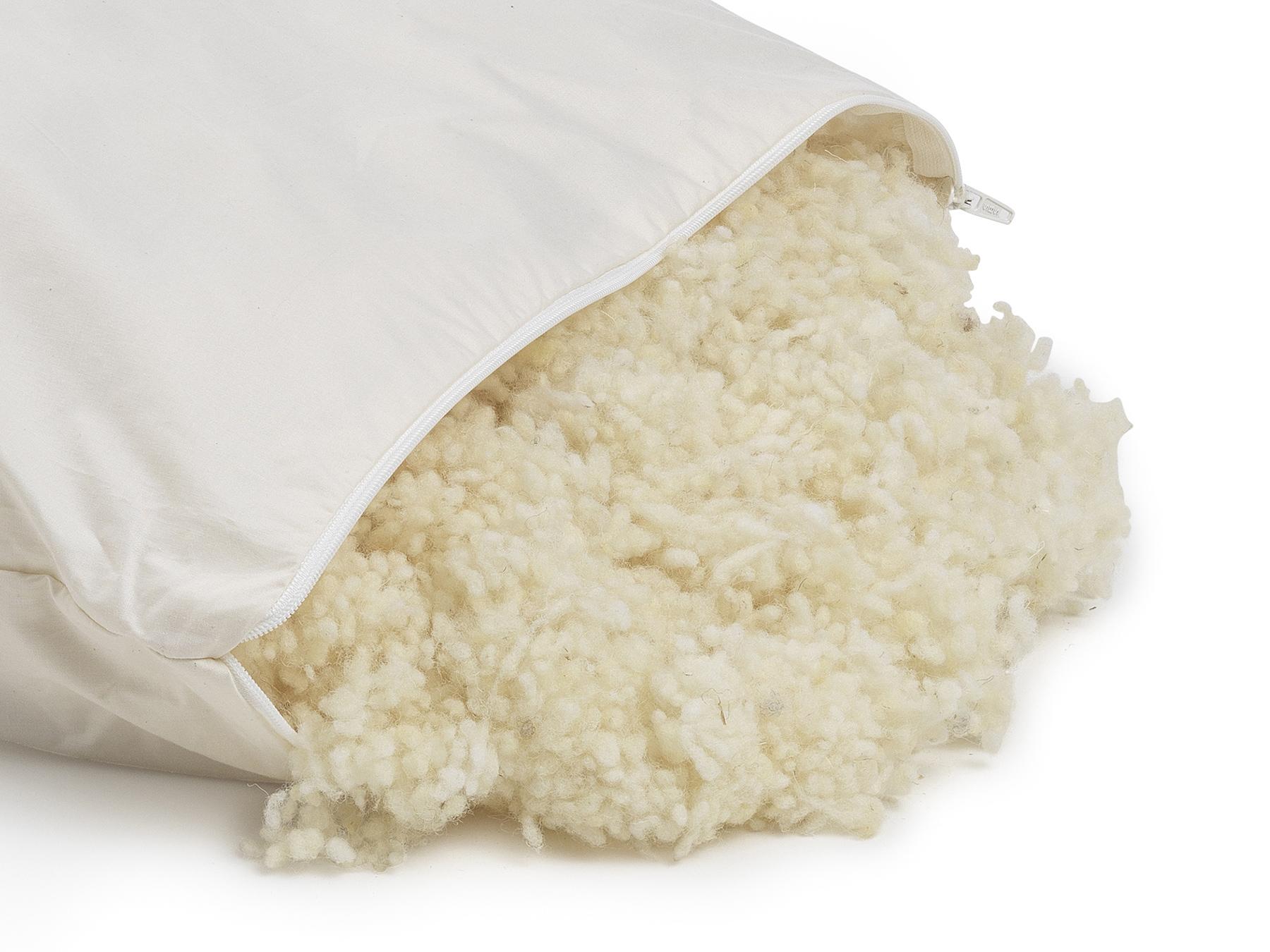 Unsere Schafschurwolle hat wärmende Eigenschaften. und stammt aus kontrolliert biologischer Tierhaltung.