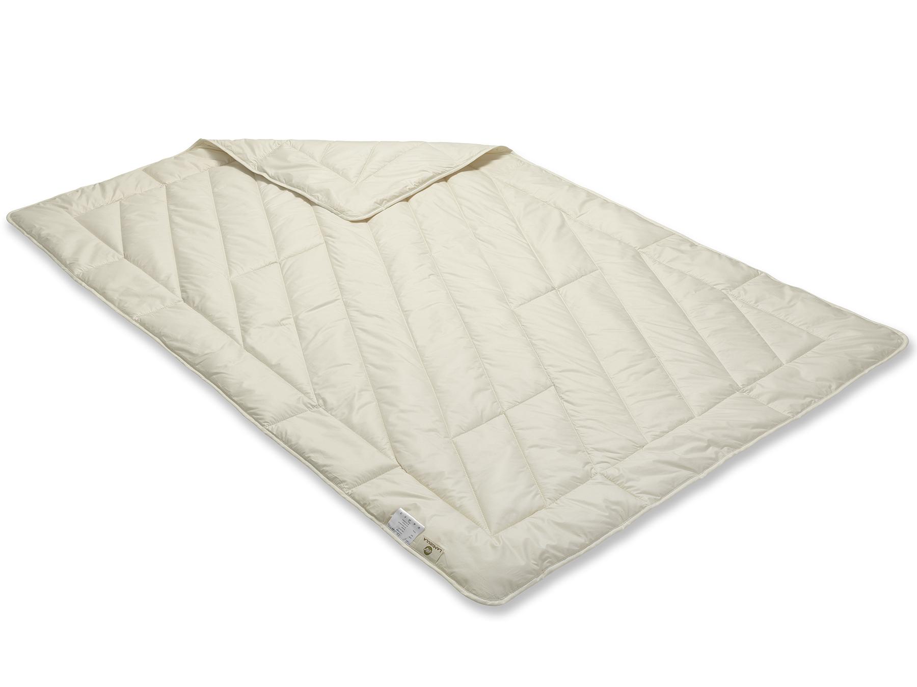 Die Decke wir mit der Einnadeltechnik hergestellt und schimmert durch das weiße Füllmaterial cremig.