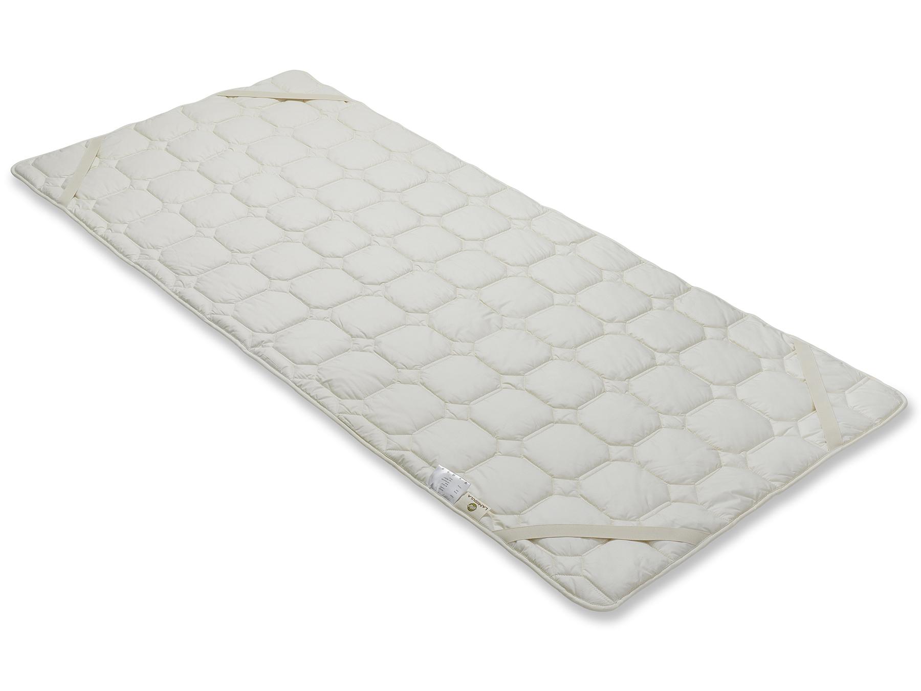 Mit vier praktischen Schräggummibändern wird der Matratzenschoner an der Matratze befestigt.