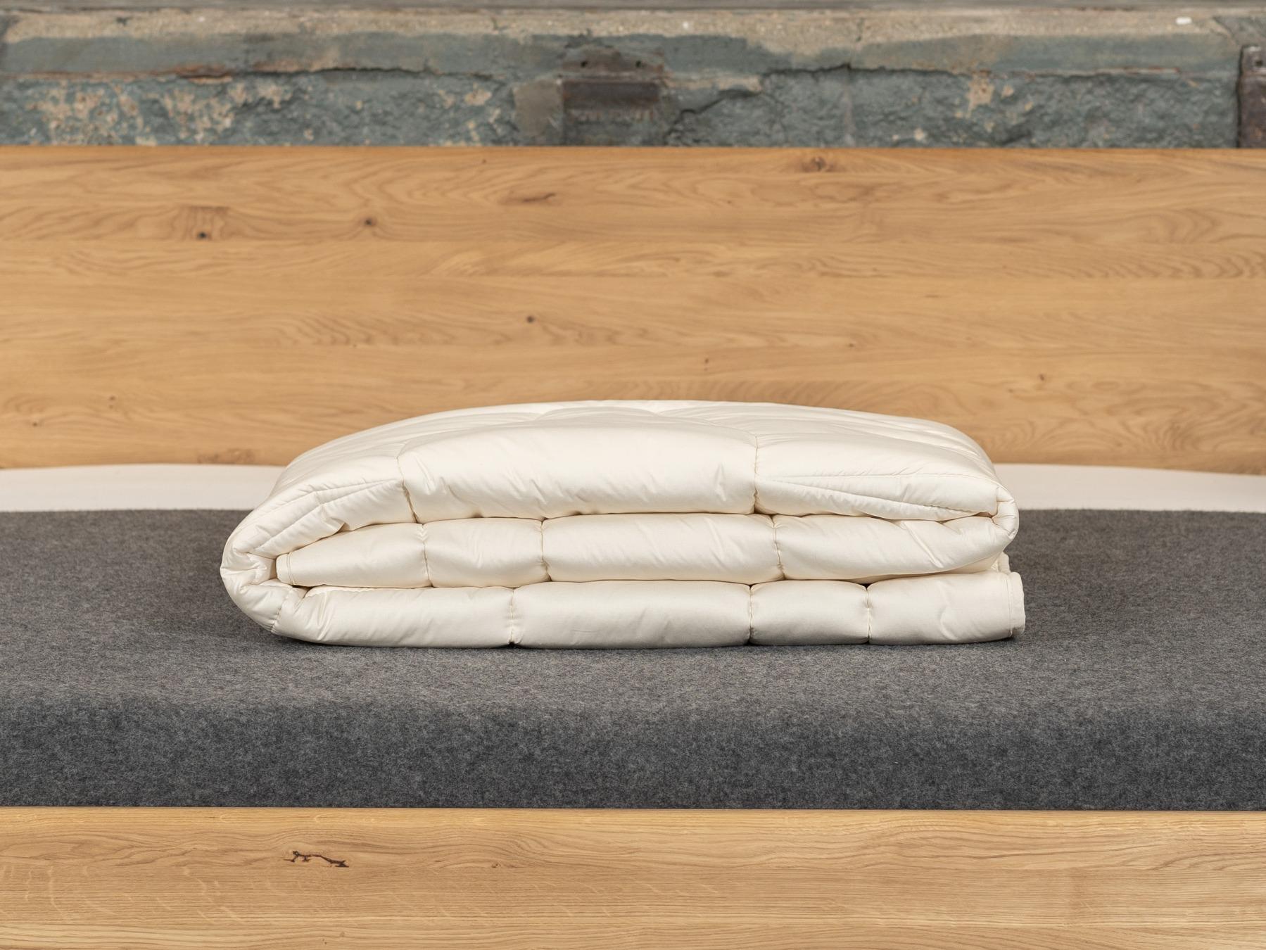 Die Duo-Bettdecke spendet verlässlich Wärme in der kalten Jahreszeit.