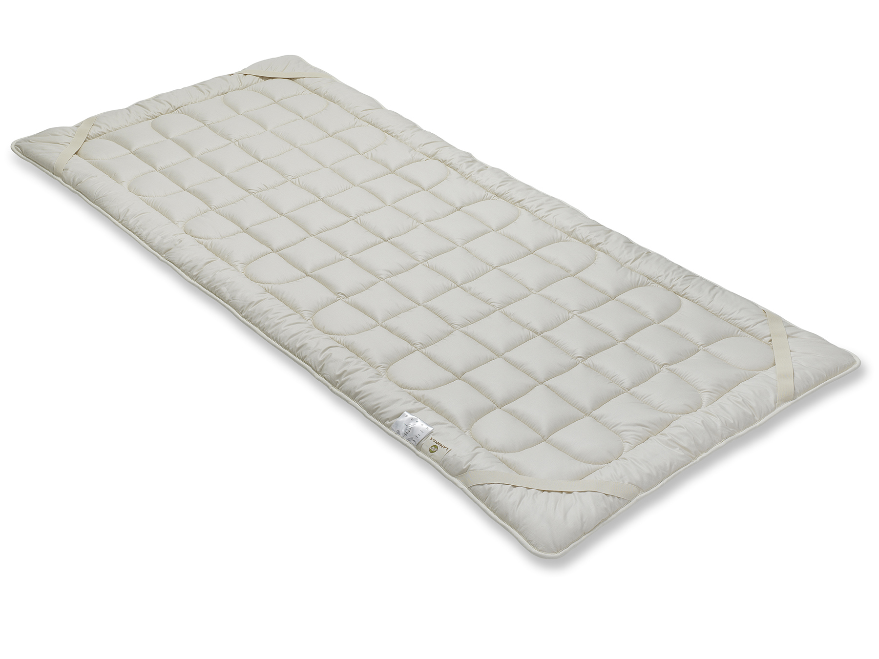 Mit vier Schräggummibändern wird das Unterbett an der Matratze befestigt.