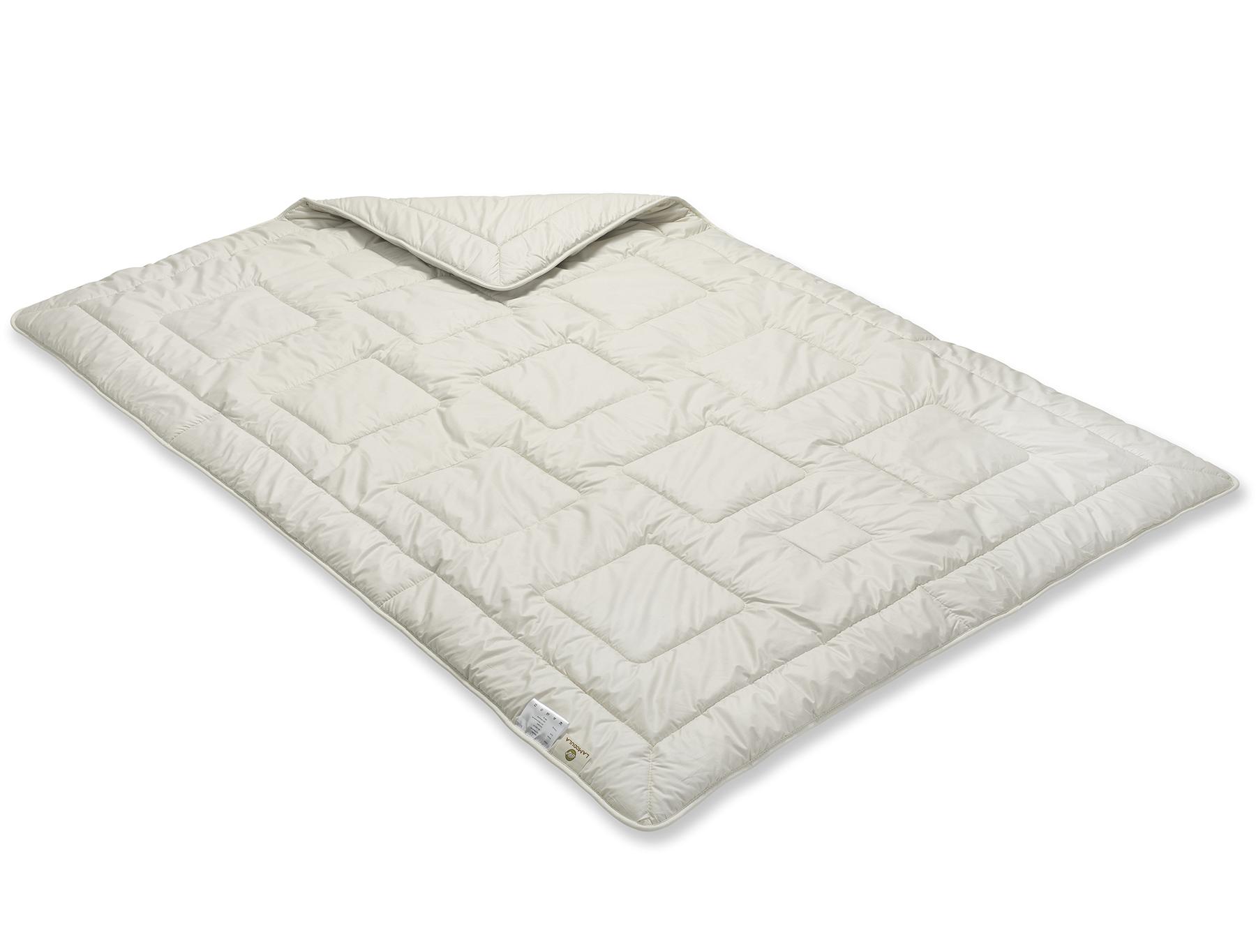 Hier werden zwei leichte Decken miteinander versteppt, das Muster entsteht durch die Einnadeltechnik.