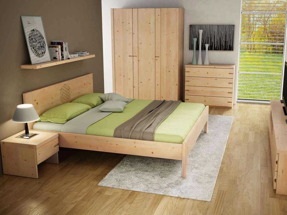 Zirbenschlafzimmer mit Blume des Lebens Bett
